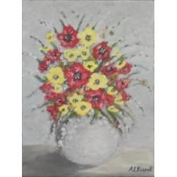 Jarrón blanco con flores rojas y amarillas.